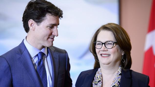 Justin Trudeau regarde Jane Philpott qui sourit.