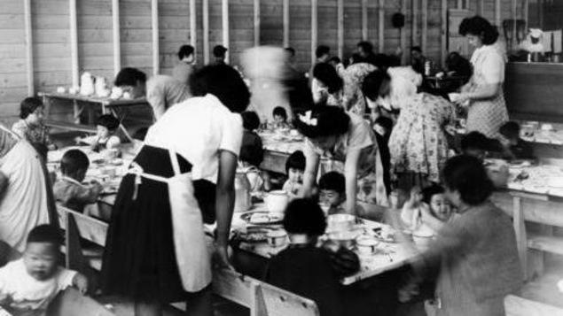 Des femmes et des enfants d'origine japonaise internés à Hastings Park, à Vancouver, durant la Deuxième Guerre mondiale. (Archives de Vancouver, 1942)