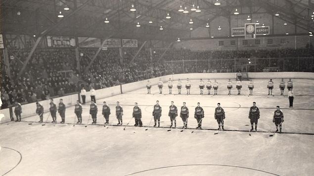 Photo d'archives démontrant les alignements de l'équipe d'hockey des Éclairs de Rouyn et des Canadiens de Montréal, lors d'un march disputé en 1952 au Forum de Rouyn.