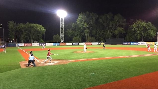 Une équipe de baseball dans un stade.
