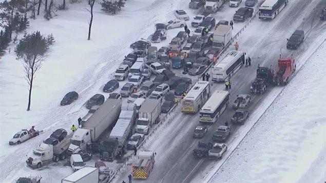 Le carambolage à Innisfil en février 2014, de la neiget et des dizaines de véhicules et de camions se sont rentrés dedans