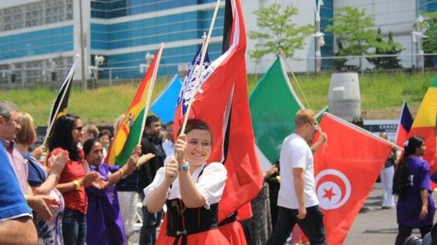 Procession de gens qui brandissent des drapeaux
