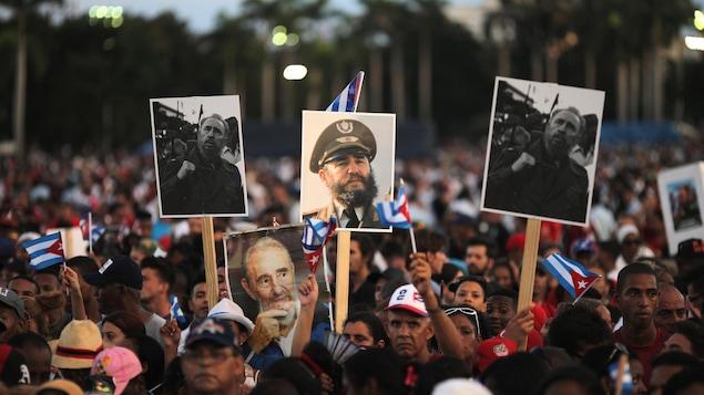 Des personnes brandissent des pancartes de Fidel Castro