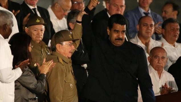 Le président cubain Raul Castro et le président vénézuélien Nicolas Maduro devant la foule rassemblée à La Havane pour rendre hommage à Fidel Castro, le 29 novembre