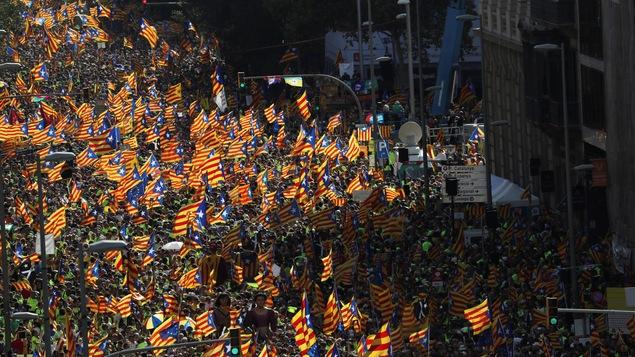 Des milliers de personnes sont descendues dans les rues de Barcelone pour revendiquer l'indépendance de la Catalogne, agitant des drapeaux rouge, jaune et bleu à l'effigie de la région.