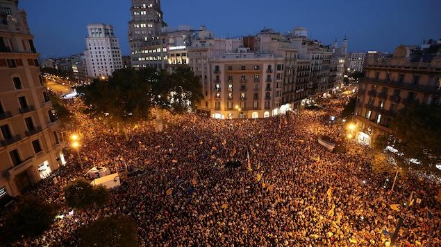 Une foule immense a envahi les rues à Barcelone