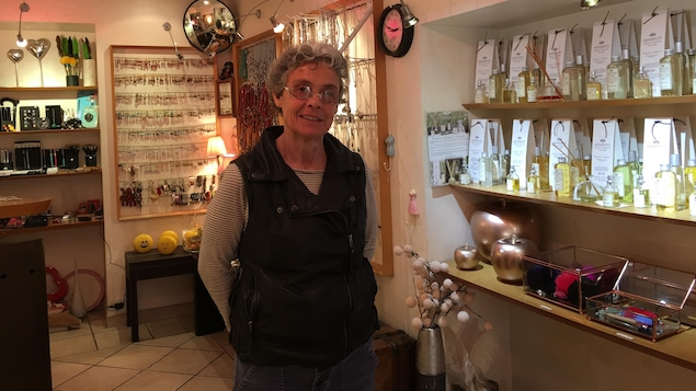 Cathy Grolleau, propriétaire de la boutique de souvenirs Mine de rien, au centre de Fréjus.