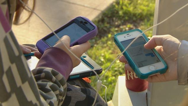 Des adolescentes et leur cellulaire.