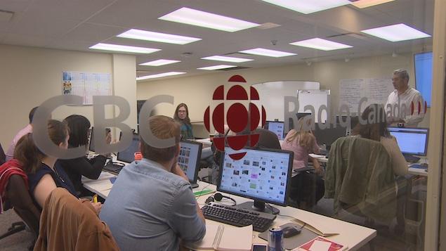 La première cohorte d'apprentis journalistes du centre de formation de Radio-Canada à Regina