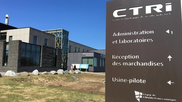 Affiche du CTRI à l'entrée du bâtiment.