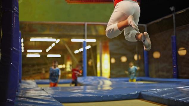 Des enfants sautent dans un centre de trampoline