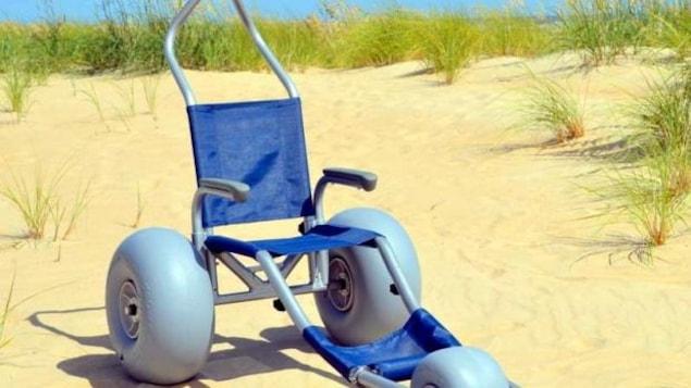des fauteuils roulants et flottants pour la plage ici radio. Black Bedroom Furniture Sets. Home Design Ideas