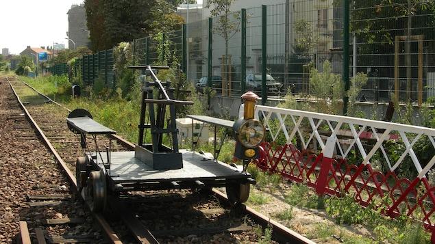 Image générique d'un chariot à levier sur un chemin de fer.