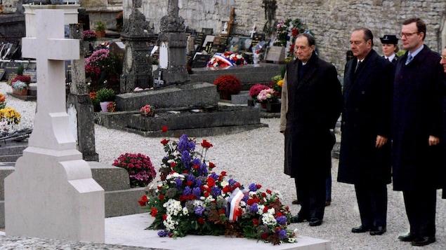 Le président Jacques Chirac, accompagné par Philippe de Gaulle, le fils de Charles de Gaulle, et de son petit-fils, Jean de Gaulle, se recueillent devant la tombe du général lors de l'anniversaire de son décès, le 9 novembre 1998.