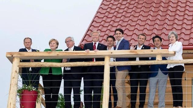 Les chefs d'État admirent la vue sur le balcon du chalet Black Bear.