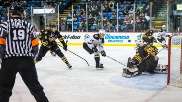 Le joueur de centre Filip Chlapik des Islanders de Charlottetown s'élance vers le filet des Tigres de Victoriaville.