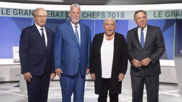 Les quatre chefs des principaux partis prennent la pose sur le plateau du débat des chefs.