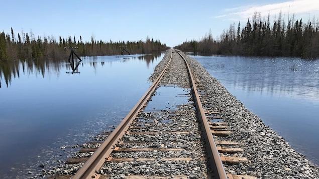 Une section de chemin de fer est sous l'eau.