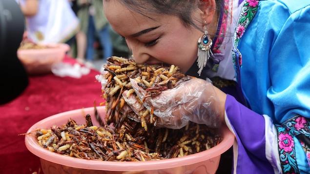 Une participante à un concours de consommation d'insectes chinois