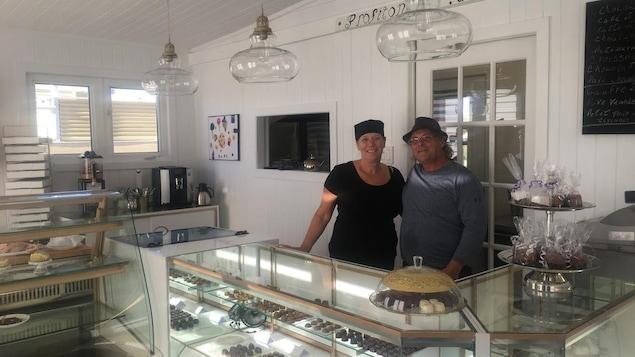 Thérèse Coquelin et Carol Landry dans la nouvelle chocolaterie de Natashquan