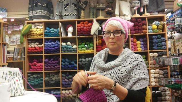 Chris Campbell tricote un bonnet dans la boutique Art of Yarn, à Kelowna.