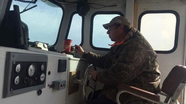 Christian Duguay à la barre de son bateau