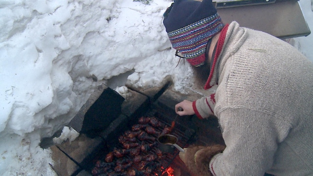 Christian Larochelle s'est construit un abri de neige autour de son foyer extérieur dans le but de cuisiner à l'extérieur pendant l'hiver