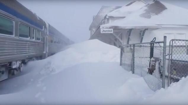 La gare de train de Churchill est ensevellie sous plusieurs centimètres de neige.