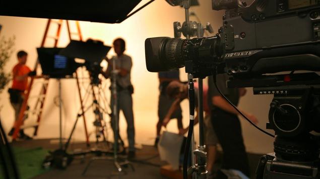 Une équipe de production s'affaire à la réalisation d'un film.