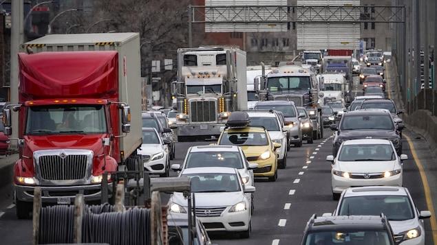 Des voitures et camions sur la route.
