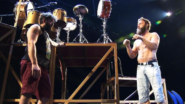 Antoine Carabinier (à droite) avec un collègue du Cirque Alfonse en répétition
