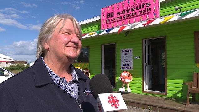 Claudine Girard est propriétaire du bar laitier Chez Marina, à Longue-Pointe-de-Mingan