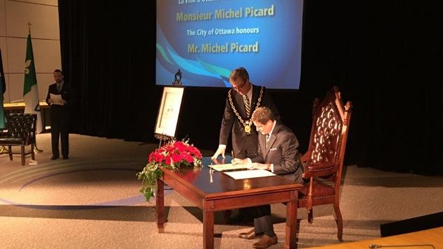 Michel Picard reçoit la clé de la Ville d'Ottawa des mains du maire Jim Watson