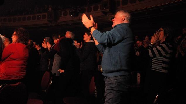 Clémence reçoit une ovation du public. Elle revient pour un court rappel.