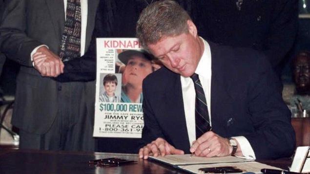 Le président Bill Clinton signe un décret le 19 janvier 1996, pour rendre disponible de l'espace dans les édifices fédéraux pour les affiches d'enfants portés disparus.