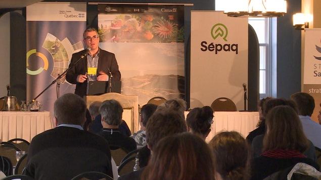 Le conférencier Pascal Sirois s'adresse aux participants d'un colloque scientifique à l'Hôtel Tadoussac.