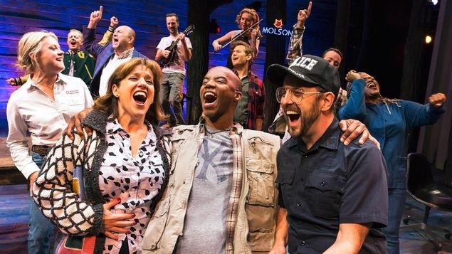 Les acteurs chantent sur scène.