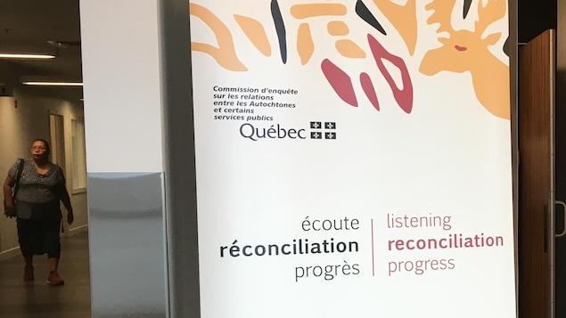 Une affiche de la Commission d'enquête sur les relations entre les Autochtones et certains services publics au Québec : écoute, réconciliation et progrès