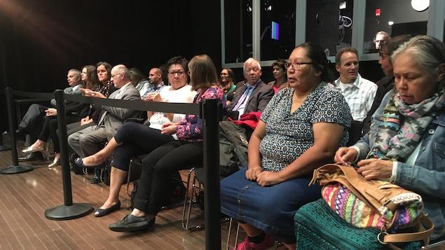 Quelques personnes venues assister aux audiences de la Commission d'enquête sur les relations entre les Autochtones et certains services publics.