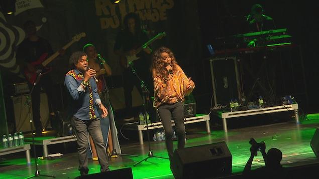 Deux chanteurs de la Compagnie créole en spectacle sur la scène extérieure.