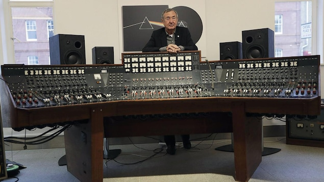 Nick Mason, le batteur de Pink Floyd, pose devant la console audio utilisée pour l'enregistrement du disque « The Dark Side of the Moon »