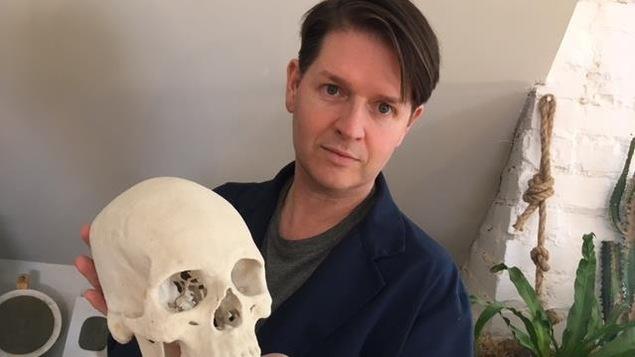 Christian Corbet montre un moulage du crâne de Robert 1er d'Écosse