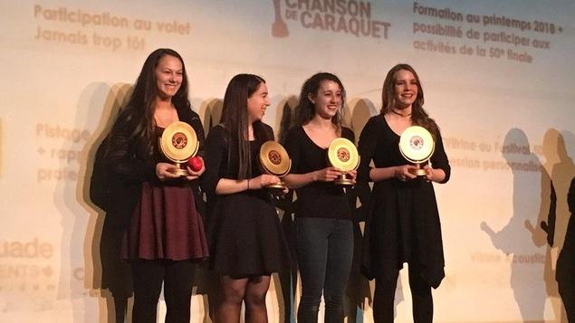 Les quatre jeunes artistes tiennent leur trophée en main