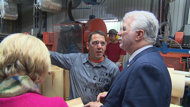Philippe Couillard visite l'usine John Lewis de La Tuque