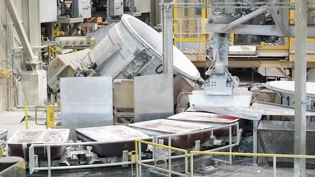 Coulage de lingots d'aluminium à l'Aluminerie Alouette, à Sept-Îles.