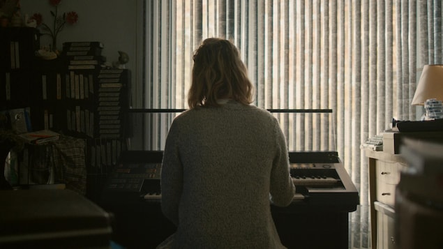 Une femme joue du clavier