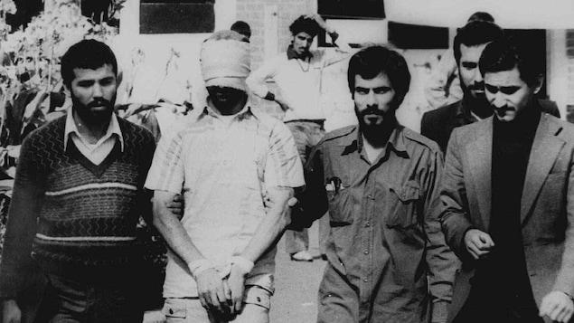 9 novembre 1979 : un Américain est pris en otage par des islamistes radicaux devant l'ambassade américaine à Téhéran, en Iran.