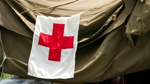 Un drapeau de la Croix-Rouge