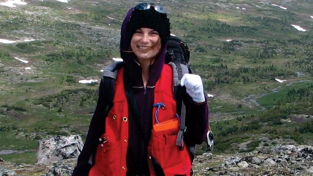 La femme devant un paysage montagneux