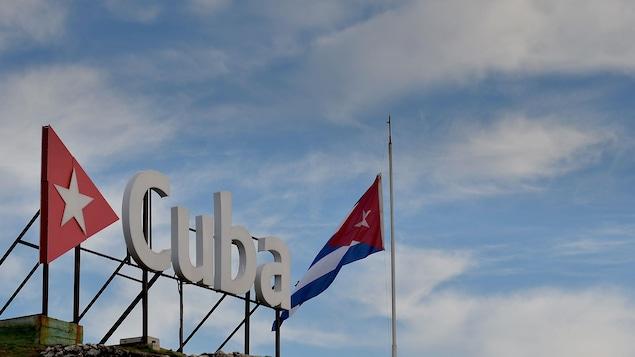 Le drapeau cubain à l'entrée de l'aéroport Jose Marti.